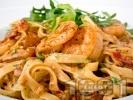 Рецепта Талятели със сметана, сушени домати, рукола, орехи и скариди